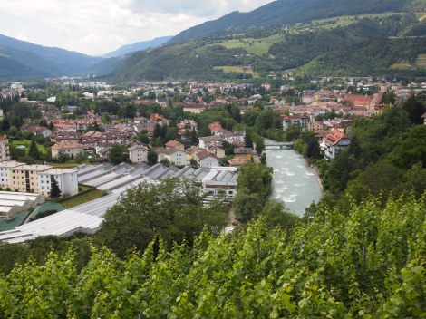 Hiking into Bressanonne looking over Rapizwil river
